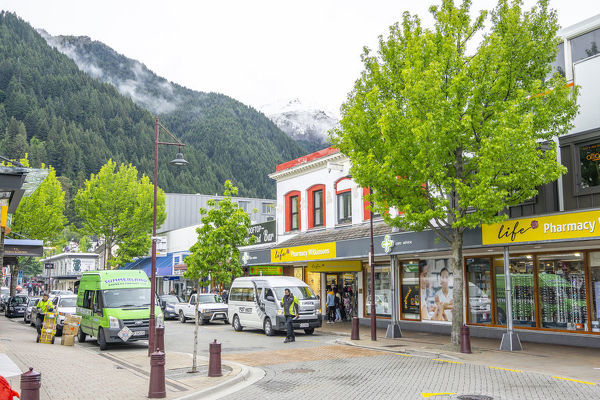 Street scene in Queenstown, centre for snow sports and in summer a focus of adventure tourism including bungy jumping, mountain biking, whitewater rafting and jet boating. Queenstown, Central Otago, South Island, New Zealand